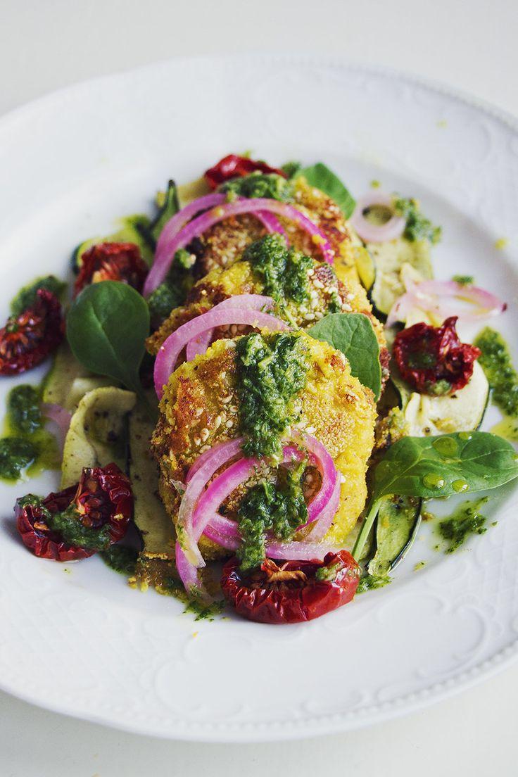 Kikärtsbiffar, ugnsrostad tomat, persiljedressing, zucchini och snabbpicklad rödlök - Metro Mode