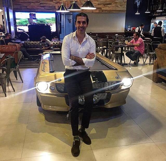 Alexandre Taleb, consultor de imagem e apresentador do SBT, é o primeiro homem no Brasil a ser contratado para ser blogueiro da empresa CARAS BLOG do grupo REVISTA CARAS. Ícone de estilo e referência no universo masculino, Taleb é fã das peças produzidas pela Versare Anos Dourados.