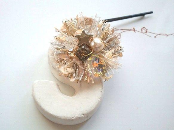 ヘアピン GALAXYアヴリルの糸のお花モチーフにキラキラのビーズをアレンジしてポップなヘアピンをつくりましたシルバーとゴールドをベースにホワイト、ベージュ、...|ハンドメイド、手作り、手仕事品の通販・販売・購入ならCreema。