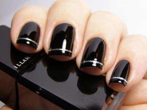 uñas negras elegantes.-Unas uñas decoradas elegantes muy sencillas, como vez lo que marca la diferencia es simplemente el trazo dorado que llevan. Este trazo se logra con cintas especiales para la decoracion de uñas.