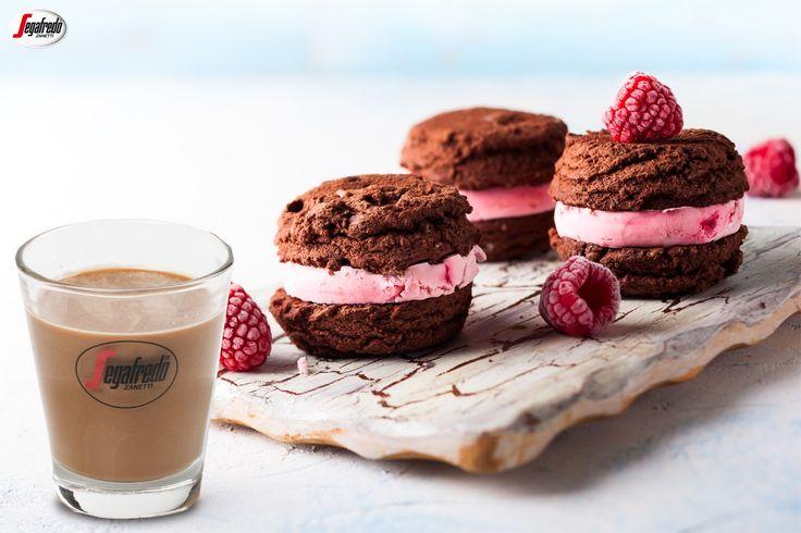 """Pogoda za oknem sprawia, że potrzebujesz smacznego orzeźwienia? Przygotuj domowe ciastka kakaowe z nadzieniem w formie ulubionych lodów. Taka """"""""mroźna"""""""" propozycja doskonale idzie w parze z pobudzającym Hongkong Espresso serwowanym na zimno. #segafredo #segafredozanetti #segafredozanettipoland #weekend #hongkongespresso #cookies #icecream #lody #raspberries #ciastkalodowe #kawadeserowa #kawa #coffee #coffeetime #recipe #przepis"""