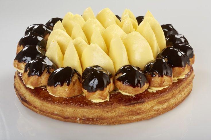 Dessert al profumo di vaniglia, bignè glassati con cioccolato fondente e ripieni di crema chantillye.Torte di Roberto Rinaldini.