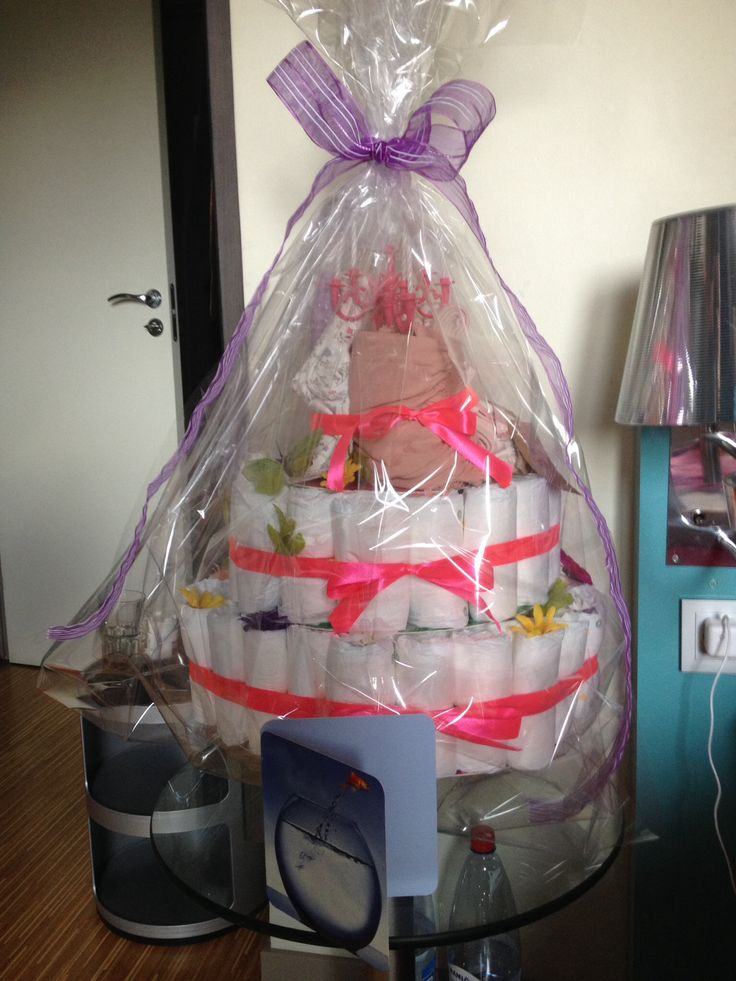 My own diaper cake: around 75 diapers and rubber bands; a dress, rattle, bib and blanket; street chalk and bubbles (for the siblings); cardboard cake stand, cellophane, ribbons, paper butterflies and plastic flowers.