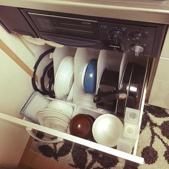 オフィスで活躍する取り出し口が斜めのファイルボックスは、狭いシンク下収納でも大活躍!縦置き収納に、うってつけのアイテムです。空いたスペースに100均などのプラスチックケースで仕切りを作れば、食器類もすっきり。