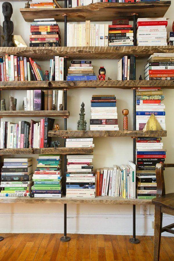 étagère murale en bois avec beaucoup de livres