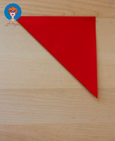 Ik heb nu ook eenorigami appvoor kinderen. Materialen: Vouwpapier Zwarte stift Sticker of vormpjes (eventueel) Vouw de linkeronderhoek op de rechterbovenhoek. Vouw de andere twee hoeken ook op e…