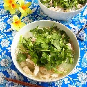 素麺(そうめん)で作ろう♪ 鶏ささみの簡単フォー by 庭乃桃さん | レシピブログ - 料理ブログのレシピ満載!  余熱で火を入れたしっとりささみと、そのお出汁で作ったスープがたまらなくおいしいフォー。今回は手軽に素麺を使って作りました。簡単なのに、気分はすっかりアジアごはん♪