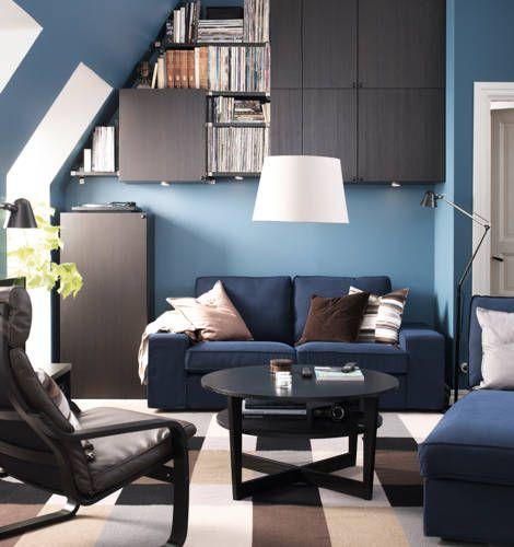 Met een bed in de hoogte blijft er ruimte op de vloer over voor bijvoorbeeld deze bank en stoelen. Ideaal voor de mannenkamer IKEA Catalogus 2015