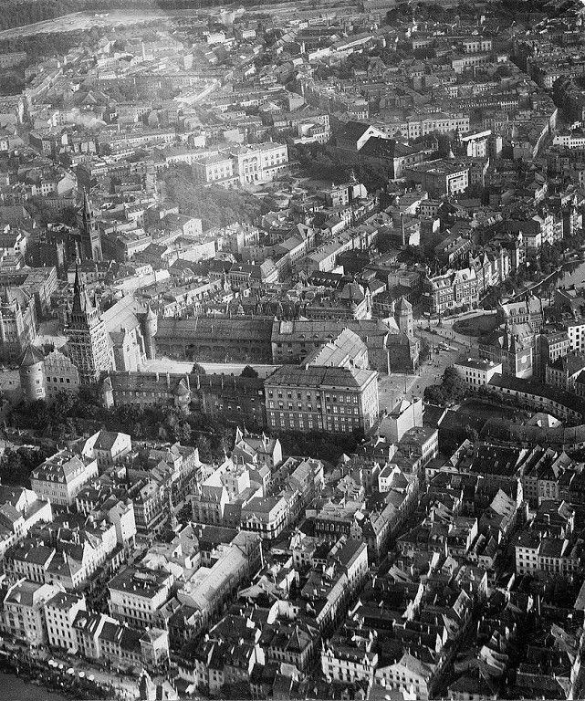 Königsberg Pr. Luftaufnahme der Innenstadt Das Schloß mit dem Schloßplatz (an der Ostseite), der Altstädt. Kirche und der Universität.(Mitte)