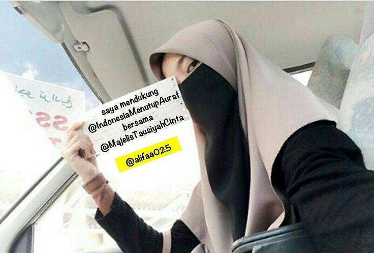 Mengapa Harus Berjilbab?  Jilbab adalah pakaian yang berfungsi untuk menutupi perhiasan dan keindahan dirimu agar dia tidak dinikmati oleh sembarang orang. .  Firman Rabb kita Azza wa Jalla berikut ini Katakanlah kepada wanita-wanita beriman: Hendaklah mereka menahan pandangan mereka dan memelihara kemaluan mereka dan janganlah mereka menampakkan perhiasan mereka kecuali yang (biasa) nampak daripadanya.'(Qs. An-Nuur: 31) .  Dan firman-Nya Hai Nabi katakanlah kepada istri-istrimu anak-anak…
