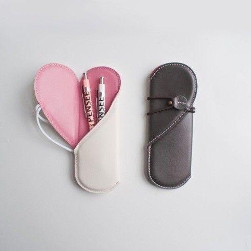 『Monos Leather Heart Pen Case』は、使うたびに笑顔になってしまいそうな素敵なアイテムです。 蓋を開くとハート型が浮かび上がるこちらのペンケース。あえて外側の色をモノトーンに | antenna