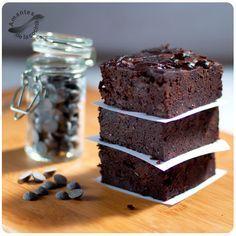 Estos brownies de chocolate sin gluten están hechos con caraotas negras (alubias o frijoles negros) como ingrediente secreto que sustituye a la harina.