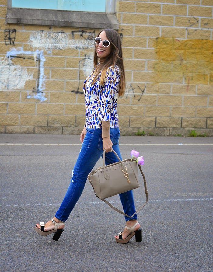 Elisa Zanetti @elisazanetti from Nameless fashion blog wears the CAROL sandals in beige  #blazer #jeans #sandals #sandali #madeinitaly #zeppe #platform #heels #beige #nude #spring #oufit #ootd #fashionblogger #fashionstyle
