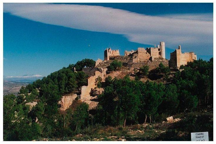 CASTLES OF SPAIN - Castillo de Chivert, Castellón. Fortificación islámica de los siglos X y XI, en las estribaciones del macizo de la Sierra de Irta. Durante la ocupación musulmana se construyó una alcazaba y una villa fortificada. En 1234, Xivert fue conquistado por la Orden del Temple. Los templarios remodelaron el castillo añadiendo dos grandes torres circulares, una iglesia y un aljibe. Tras la desaparición de la Orden del Temple el castillo y su aljama pasaron a la Orden de Montesa.