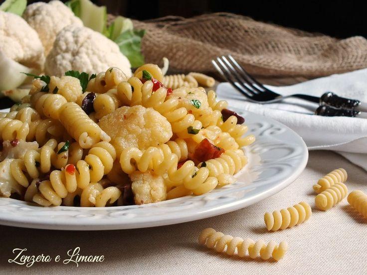 La pasta al cavolfiore è un primo piatto facilissimo da preparare ed anche veloce. Adatto ad un pranzo in famiglia quando si ha poco tempo.