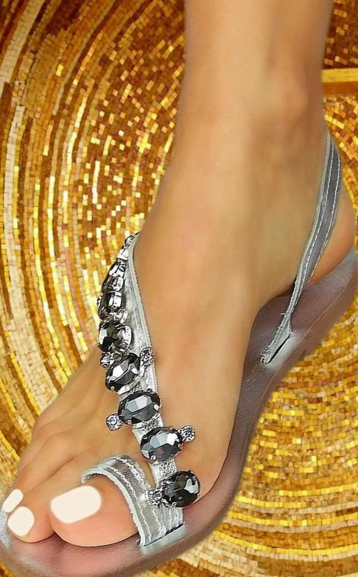 sandale femme finition argentée avec des pierres grises sur la lanière asymétrique