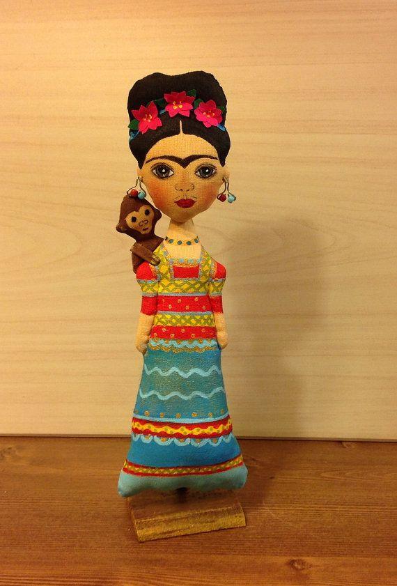 Per larte bambole amante... panno adorabile bambola Frida Kahlo - pittore messicano. In caso contrario può essere chiamato OOAK, tessile, morbido o bambola di pezza. Questa bambola di tessuto decorativo è perfetta per la vostra collezione personale o come regalo per i vostri amici. La bambola si erge su un basamento di legno. Altezza è di circa 24 cm. bambola è completamente fatto a mano e progettato solo per scopi decorativi. Istruzioni per la manutenzione: tenere lontano da acqua, asciutto…