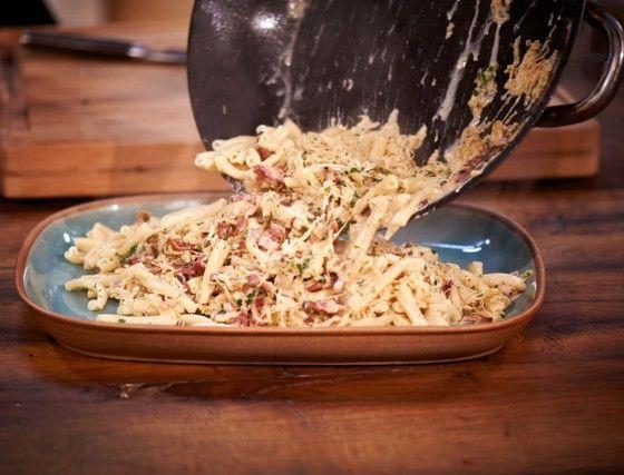 Schnell, lecker und raffiniert: Mit Nudeln, Sahne und Speck zaubern wir aus dem Sauerkraut ein köstliches Pastagericht.