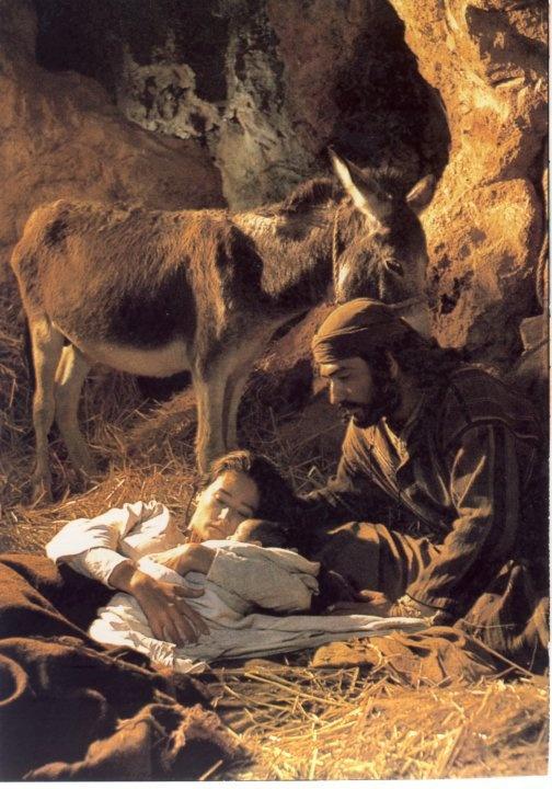 Lucas 2: 4-7 Y José subió de Galilea, de la ciudad de Nazaret, a Judea, a la ciudad de David, que se llama Belén, por cuanto era de la casa y familia de David; para ser empadronado con María su mujer, desposada con él, la cual estaba encinta. Y aconteció que estando ellos allí, se cumplieron los días de su alumbramiento. Y dio a luz a su hijo primogénito, y lo envolvió en pañales, y lo acostó en un pesebre, porque no había lugar para ellos en el mesón. ♔