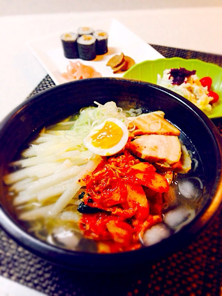 BabyRIKA's dish photo 今日の晩御飯 韓国冷麺 里芋サラダ 穴子キンパ いぶりがっこ ガリ | http://snapdish.co #SnapDish #美容/ダイエット #簡単料理 #節約料理 #冷麺 #お寿司