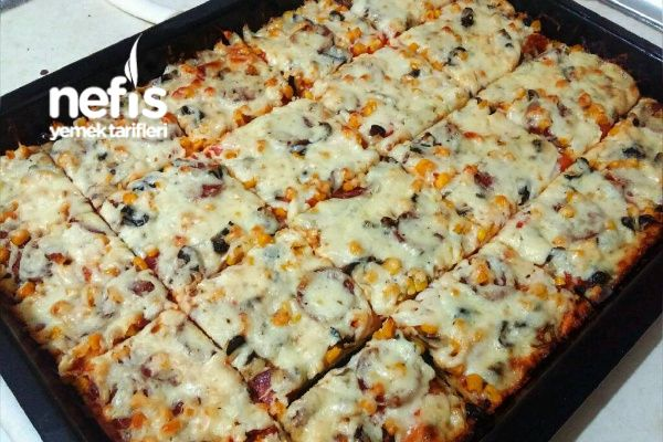 Bol Malzemeli İncecik Hamuruyla Aile Boyu Tepsi Pizza (Hamuru Efsane) Tarifi nasıl yapılır? 172 kişinin defterindeki bu tarifin resimli anlatımı ve deneyenlerin fotoğrafları burada. Yazar: Merve Nur Karabüber Taşpınar