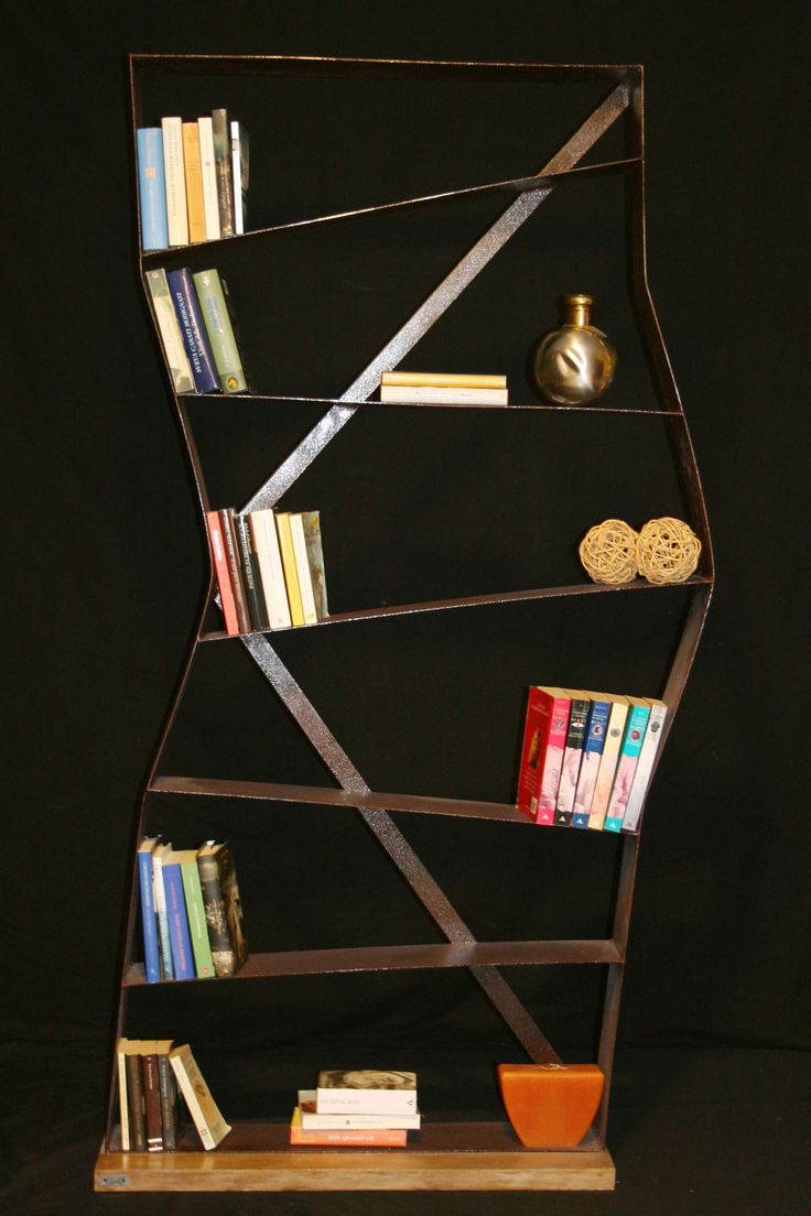 PERCORSO è una libreria con 7 ripiani, realizzata in ferro trattato e base in legno, semplice ma con un significato profondo da chi l'ha realizzata.