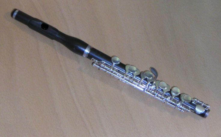 """Pikola je dřevěný dechový nástroj, menší sopraninová varianta sopránové příčné flétny. Oproti ní má poloviční délku a zní o oktávu výše; dosahuje nejvyšších tónů ze všech v současnosti používaných dechových nástrojů. Český název je odvozen z italského """"flauto piccolo"""", čili """"malá flétna""""."""