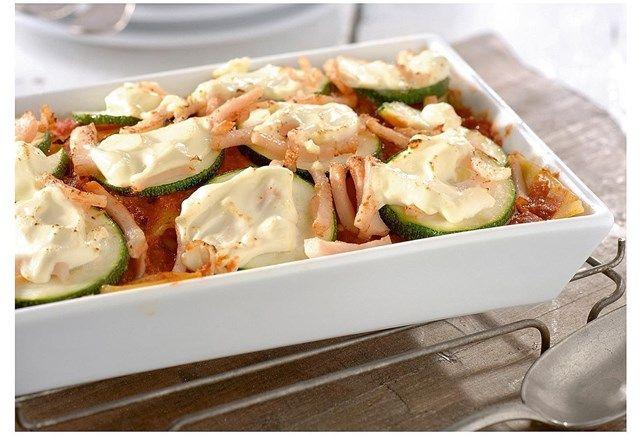 Lasagne met pecorino en knoflook, gebakken kipreepjes en courgette