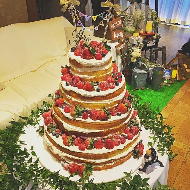 先週の後輩ちゃん担当のウエディングパーティーの#ネイキッドケーキ ❤️ これまたオシャレでこだわりの沢山詰まったパーティーでした✨✨ #envuewedding…