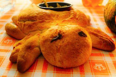 Ricetta ragno di pane porta salsa.  Ecco la ricetta del mio ragno di pane, perfetta per halloween o per rallegrare un qualsiasi pasto. Noi l'abbiamo trasformato in un simpatico porta salsa per il pinzimonio. Per vedere la ricetta completa andate su http://pimikiallaricettadellaformulaperfetta.blogspot.it/2016/12/ragno-di-pane.html  Spider bread recipe halloween