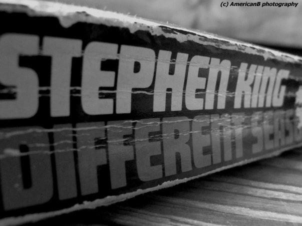 ~You always remember your first~ Quinze ans. Premier livre que je lisais en anglais. Je l'ai précieusement conservé. Aujourd'hui j'en ris, mais cet été là j'ai feuilleté mon dico plus qu'autre chose... mais la machine était lancée ;) #StephenKing #DifferentSeasons