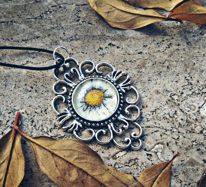 Collana dell'innocenza  Collana color argento con cameo margherita al centro, simbolo dell'innocenza fanciullesca