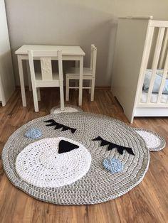Ein wunderschöner Häkelteppich, der zu einem Hingucker in jedem Raum wird, besonders in einem Kinder/Babyzimmer:-) Herstellungsart: gehäkelt Durchmesser: ca. 100 cm Material: 90%...