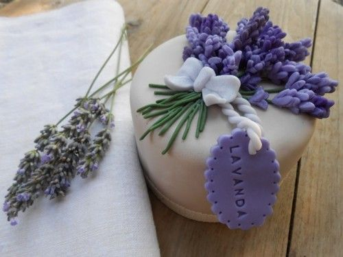 tutorial en: http://cake.corriere.it/2013/07/30/provenza-mon-amour-tutorial-lavanda/