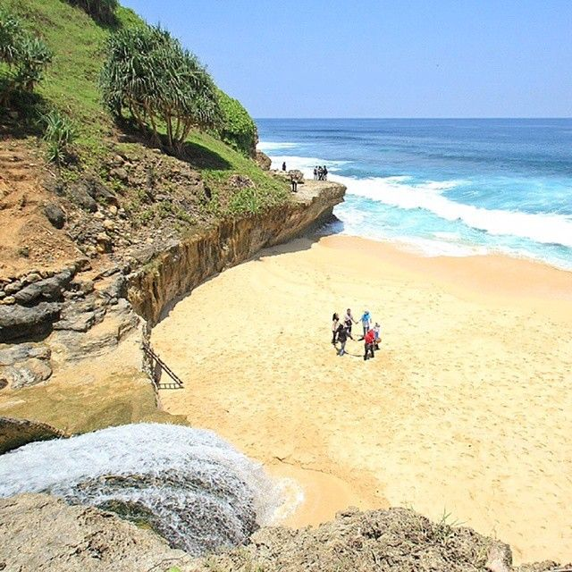 "#INDOTRAVELLERS on Instagram: ""Tag your friends if you really want to go there with them  . Lokasi/location: Pantai Banyu Tibo, Pacitan, Jawa Timur . Banyu Tibo Beach, Pacitan, East Java . Credits to: @tatangsolehudin  . Go check it out  . #Beachvellers #IT_JawaTimur ADD OFFICIAL LINE: @INDOTRAVELLERS ingat pakai @ yaa :D Ayo gunakan hashtag #INDOTRAVELLERS siapa tau foto kamu yang akan kami repost berikutnya"""