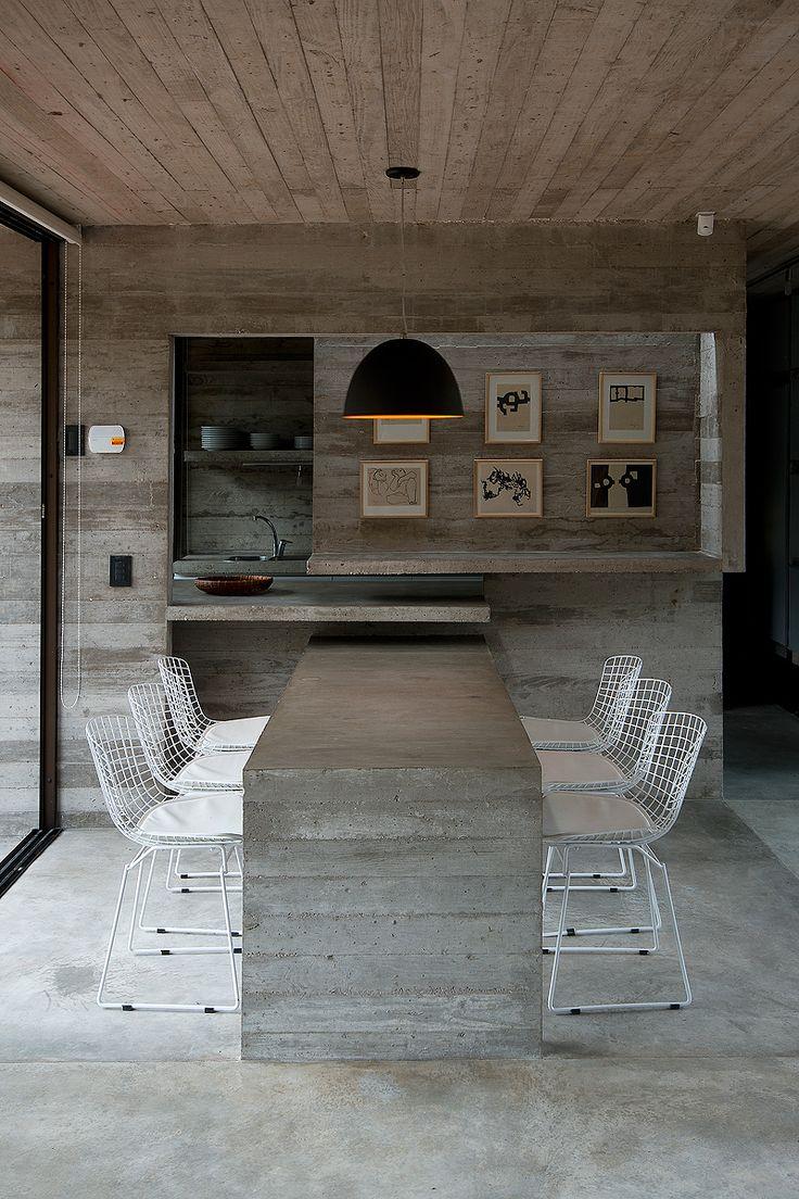El arquitecto Luciano Kruk ha diseñado esta casa como un único bloque en hormigón y cristal, una combinación que aporta privacidad y dejar entrar la luz