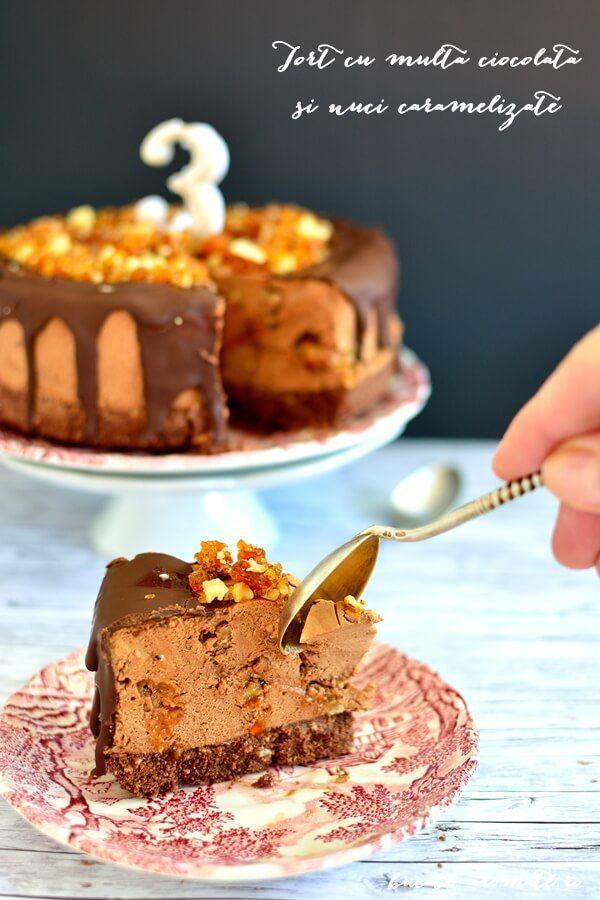 Tort simplu si rapid. Blat din biscuiti, crema cu multa ciocolata si frisca naturala, glazura de ciocolata topita si decor din nuci caramelizate. Delicios!