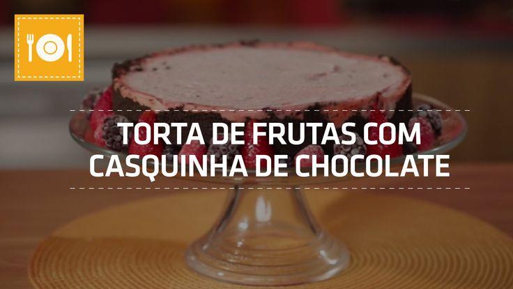 BAIXE GRÁTIS O LIVRO DE RECEITAS SHOPTIME: http://bit.ly/receitashop Tá calor? Que tal uma torta gelada de frutas silvestres com casquinha de chocolate? É só...