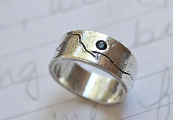 anello di nozze band rustico di montagna. eco-friendly riciclati band paesaggio montagna d'argento. commercio equo unisex blu zaffiro anello...