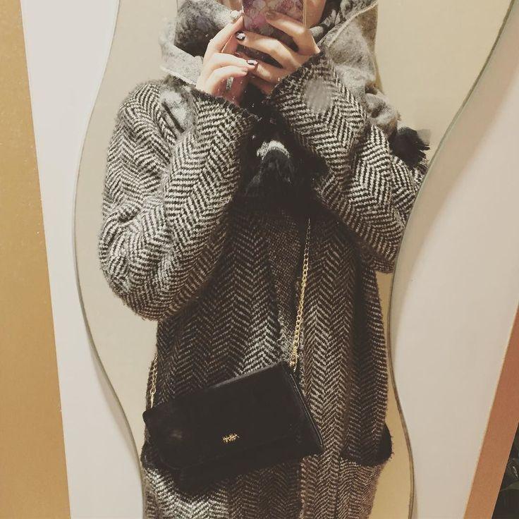 かけてみた  恐ろしくモノトーンwww. ヘリンボーンツイードのコートはしまむらw  スワロ貼ろうかな . #ネイリスト #モノトーン #ネイリストあるある #ヘリンボーン #コート #しまむら #大人ミューズ #付録 #fashion #herringbone #大人