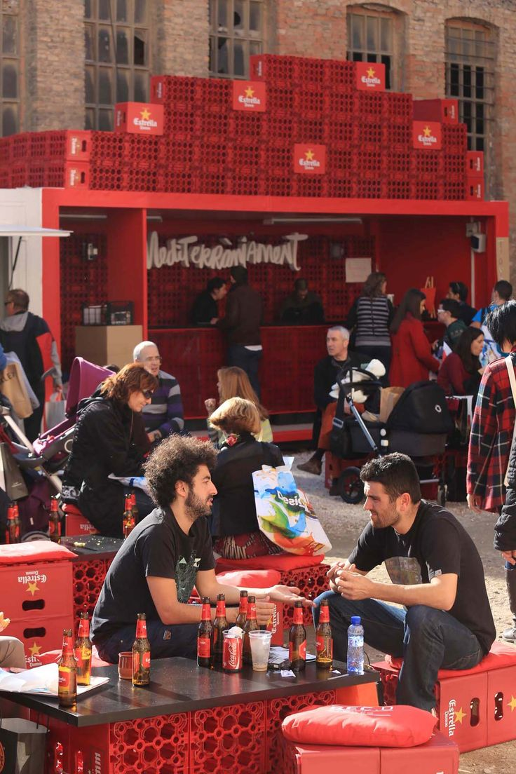A pop up that looks like it literally just popped up from the warehouse. Brilliant. Bar d'Estrella Damm. Using plastic crates to supplement simple architectural design. Sharp and practical! Popup Republic