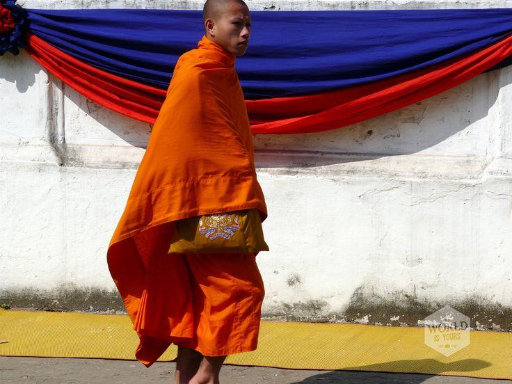 De wooncomplexen van de monniken zijn vaak sobere panden met meerdere verdiepingen die vaak wegvallen tegen de glinsterende daken van de tempels. Op het heetst van de dag lopen de monniken voorbij met bruine paraplu's tegen de felle zon. Bij het vallen van de avond zoeken ze het huis van Boeddha op en hoor je de klanken van het chanten, een verzoenend gezang dat lang blijft nagalmen in mijn oren.