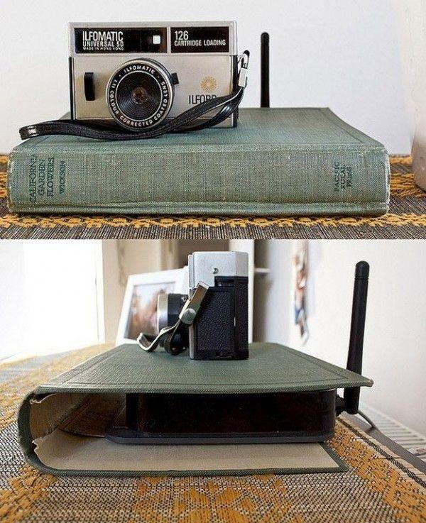 Cacher le routeur wifi dans une couverture de livre  http://www.homelisty.com/cacher-ranger-cables-fils-prises-electriques/