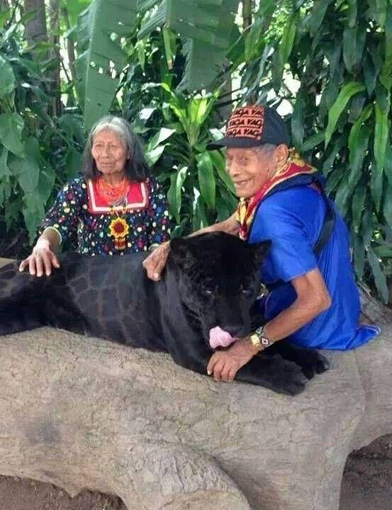 Abuelos Kofán en el Putumayo con una pantera negra. Colombia