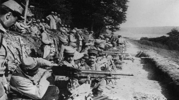 """Französische Soldaten bereiten die Maschinengewehre """"Mitrailleuse St. Etienne 1907"""" für den Angriff vor"""