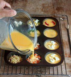 Klop 7 eieren en 2 eetlepels melk met wat zout en peper. Vet een muffinvorm voor 12 stuks in (of gebruik een siliconen muffinvorm, deze hoef je niet in te vetten!).  Voeg je favoriete vulling toe, bijvoorbeeld doperwten met verse munt, geitenkaas, gebakken champignons, bacon, geraspte kaas, kerstomaatjes of paprika en verdeel hierna het eimengsel over de holten.  Bak in 15-20 minuten in de oven op 180°C krokant en goudbruin. Laat ze iets afkoelen voor je ze uit de vorm haalt.