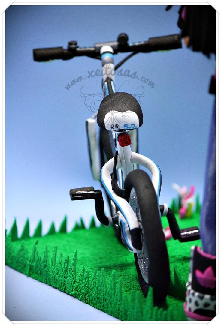 Fofucha con bicicleta en goma eva