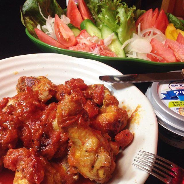 sugiyamaosamu#今日の夕食  #今日の夕飯  #おうちごはん  #ひとりご飯  #ちょっと久しぶりのタンドリーチキン #大盛りサラダ  #ワイン #アルパカ #レーズンパンにクリームチーズ タンドリーチキンは月一ぐらいの割合で食べているんだが、ここへきて なぜかマンネリ感が 否めなくなってきた・・・只今 ・新しい料理・検索中・・・・ やっぱ ココの アヒージョ以外で…