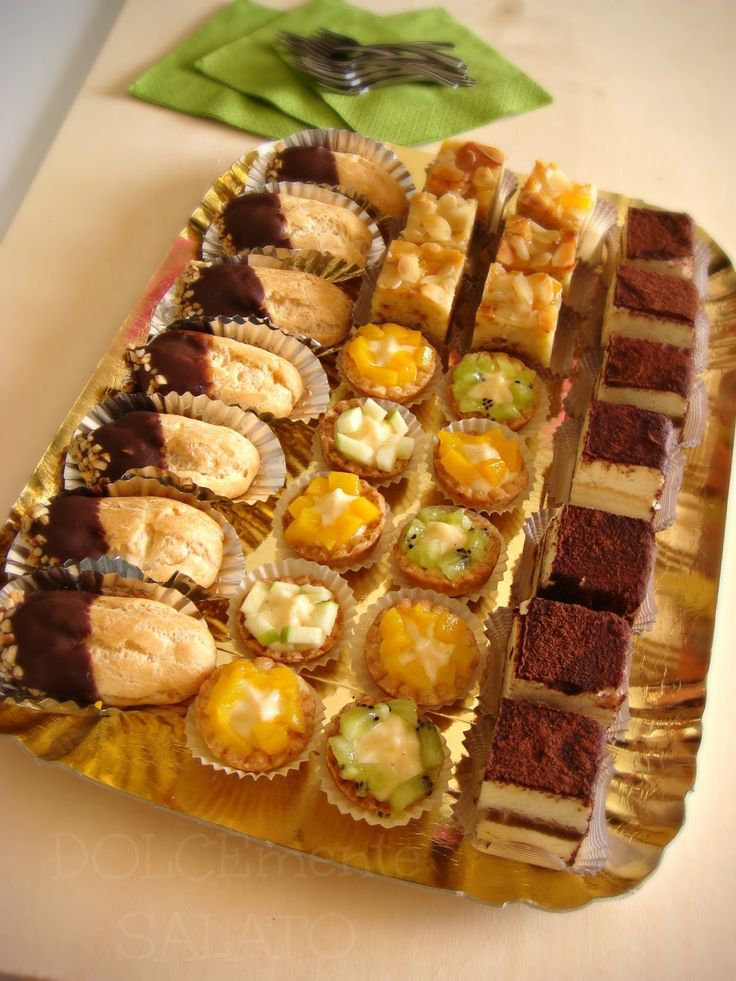 Chi almeno una volta non ha sognato di poter realizzare tante varietà di dolci tutte insieme e poterle posizionare su un vassoio come s...