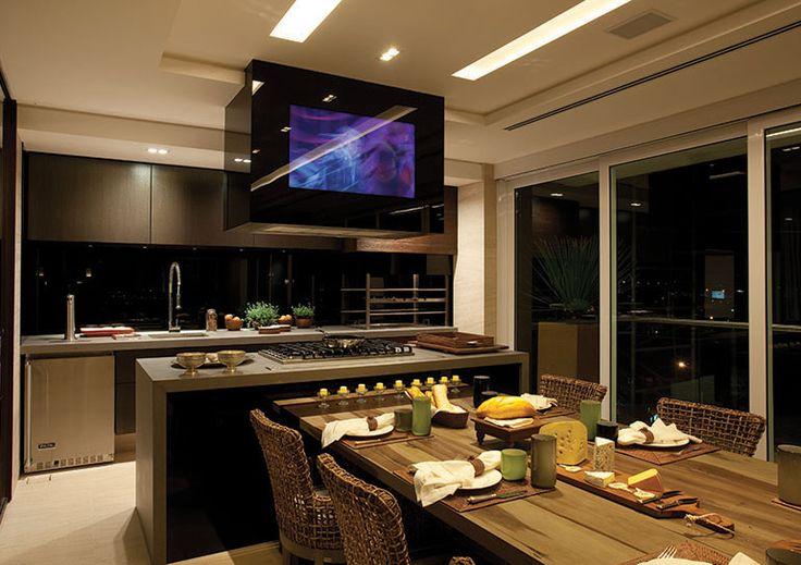 Na cozinha, também da Formaplas, a preocupação foi tornar o espaço funcional e bem equipado, recebendo eletros KitchenAid, vidro Cristalo Mi...